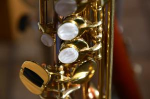 Saxophone cloes up